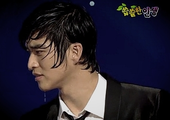 Girls love dangerous guys like Song Byeong Cheol, in one episode with self-equipped rain (showerhead and all...)