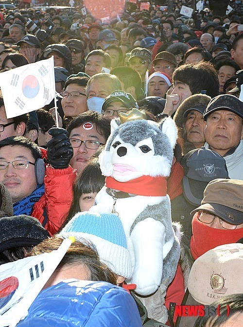 (2012-12-08) Brownie joins in Park Geun Hye's presidential campaign at Gwanghwamun~